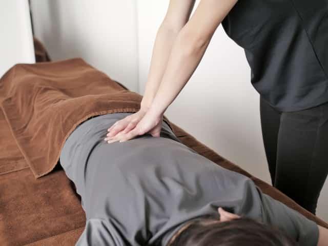 優しい施術で腰回りの筋肉をほぐします