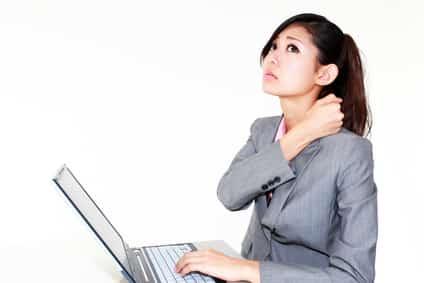 肩こりの辛い症状に悩む女性