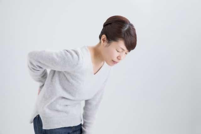 腰痛の症状に悩む女性