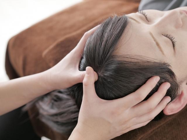 身体の歪みを整えてから頭蓋骨の傾きを調整する施術です