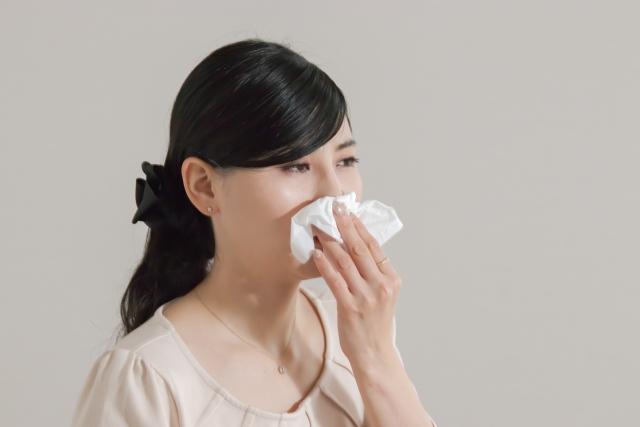 アレルギーの辛い症状に悩む女性
