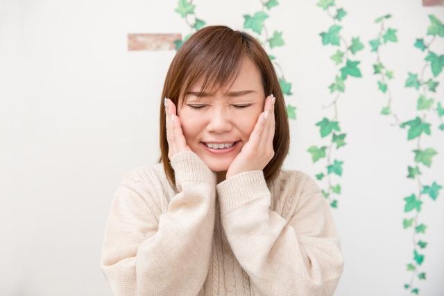 顎関節症の症状に悩む女性
